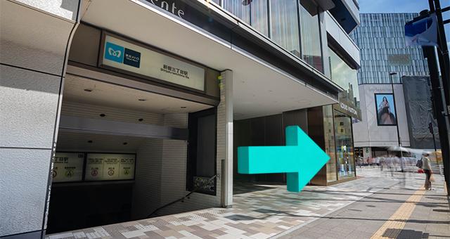 地上出口(B2)を出たら、左に曲がります。