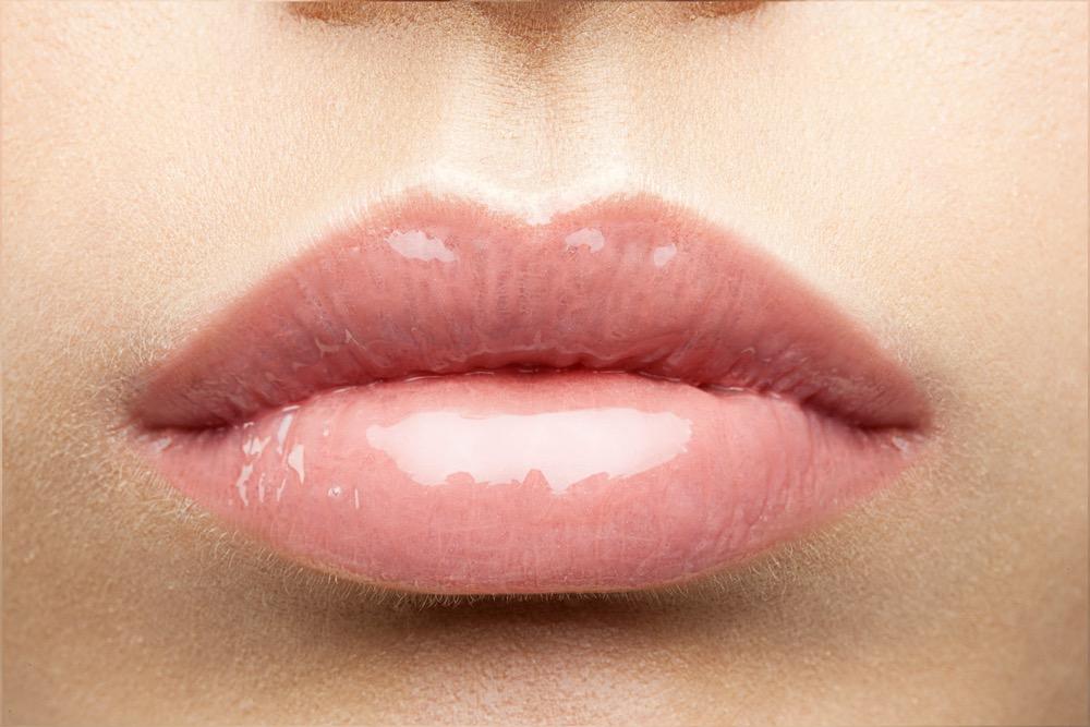 唇にハリ・つやを与えるラシャスリップスの効果とは